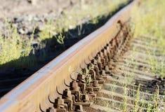 μπουλόνια που εξασφαλίζουν τις ράγες στους κοιμώμεούς στην κατεύθυνση σιδηροδρόμων Στοκ φωτογραφία με δικαίωμα ελεύθερης χρήσης