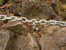 Μπουλόνι ματιών με την αλυσίδα σιδήρου που δένεται στο βράχο ψαμμίτη Στριμμένη αλυσίδα Στοκ φωτογραφίες με δικαίωμα ελεύθερης χρήσης