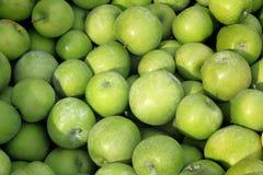 Μπούσελ των πράσινων μήλων στοκ φωτογραφίες