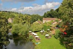 Μπράντφορντ σε Avon, UK - 12 Αυγούστου 2017: Άνθρωποι που χαλαρώνουν σε έναν κήπο μπαρ εκτός από τον ποταμό Avon στην εικόνα Avon Στοκ Φωτογραφία