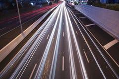 Μπρίσμπαν, Αυστραλία - την Τετάρτη 12 του μηνός, 2014: Overpass που κοιτάζει επάνω στον ειρηνικό αυτοκινητόδρομο - M1 με τα αυτοκ Στοκ Εικόνα
