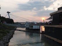 ΜΠΡΑΤΙΣΛΆΒΑ - πανοραμική κρουαζιέρα κάτω από τις γέφυρες της Μπρατισλάβα Στοκ Εικόνες