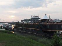 ΜΠΡΑΤΙΣΛΆΒΑ - πανοραμική κρουαζιέρα κάτω από τις γέφυρες της Μπρατισλάβα Στοκ φωτογραφία με δικαίωμα ελεύθερης χρήσης