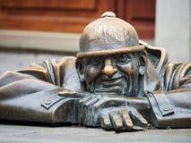 ΜΠΡΑΤΙΣΛΆΒΑ, ΣΛΟΒΑΚΙΑ - 1 ΣΕΠΤΕΜΒΡΊΟΥ 2017 Άτομο στην εργασία, άγαλμα στη Μπρατισλάβα, Σλοβακία στοκ εικόνα