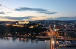 Μπρατισλάβα Castle και άποψη ποταμών Δούναβη στο ηλιοβασίλεμα από τον πύργο Ufo στοκ εικόνα