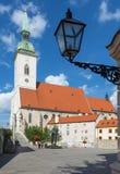 Μπρατισλάβα - καθεδρικός ναός του ST Martins από το νότο και το μνημείο του ολοκαυτώματος Στοκ εικόνα με δικαίωμα ελεύθερης χρήσης