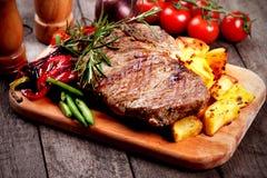 Μπριζόλα βόειου κρέατος με την ψημένη πατάτα στοκ εικόνα