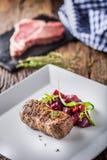 Μπριζόλα βόειου κρέατος με τη διακόσμηση παντζαριών και χορταριών Μπριζόλα βόειου κρέατος στο plat Στοκ Εικόνα