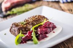 Μπριζόλα βόειου κρέατος με τη διακόσμηση παντζαριών και χορταριών Μπριζόλα βόειου κρέατος στο plat Στοκ Εικόνες