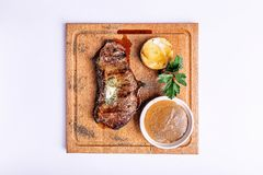 Μπριζόλα βόειου κρέατος στη σάλτσα πιπεριών σε έναν ξύλινο πίνακα Στοκ Εικόνα