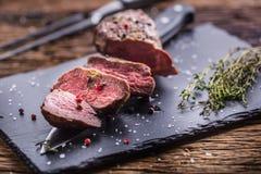 Μπριζόλα βόειου κρέατος Ψημένη μπριζόλα βόειου κρέατος με το αλατισμένο θυμάρι πιπεριών στον αγροτικό ξύλινο πίνακα Στοκ εικόνα με δικαίωμα ελεύθερης χρήσης