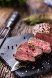Μπριζόλα βόειου κρέατος Ψημένη μπριζόλα βόειου κρέατος με το αλατισμένο θυμάρι πιπεριών στον αγροτικό ξύλινο πίνακα Στοκ Φωτογραφίες