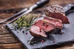Μπριζόλα βόειου κρέατος Ψημένη μπριζόλα βόειου κρέατος με το αλατισμένο θυμάρι πιπεριών στον αγροτικό ξύλινο πίνακα Στοκ φωτογραφίες με δικαίωμα ελεύθερης χρήσης