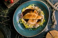Μπριζόλα κοτόπουλου με τις πολτοποίηση πατάτες και το άλας στοκ εικόνες