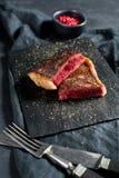 Μπριζόλα κόντρων φιλέτο βόειου κρέατος, ψημένο οπίσθιο τμήμα Μαύρο υπόβαθρο, τοπ άποψη στοκ φωτογραφία με δικαίωμα ελεύθερης χρήσης