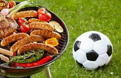 Μπριζόλα, λουκάνικα και veggies ψήσιμο στη σχάρα σε μια σχάρα Στοκ φωτογραφία με δικαίωμα ελεύθερης χρήσης