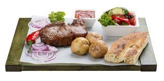 Μπριζόλα μοσχαρίσιων κρεάτων με τη φυτικές σαλάτα, τις πατάτες και τη σάλτσα στοκ φωτογραφία με δικαίωμα ελεύθερης χρήσης