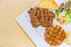 Μπριζόλα στο χοιρινό κρέας πιάτων και βόειο κρέας στο ξύλο Στοκ Εικόνα