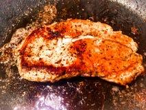 Μπριζόλα χοιρινού κρέατος που σκουραίνουν στο χυτοσίδηρο Skillet στοκ φωτογραφίες με δικαίωμα ελεύθερης χρήσης