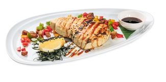Μπριζόλα ψαριών ξιφών - ψημένο στη σχάρα πιάτο ξιφιών - που απομονώνεται στο λευκό Στοκ Εικόνες
