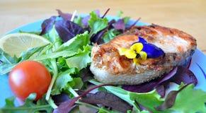 Μπριζόλες από τα κόκκινα ψάρια με το λεμόνι και τη σάλτσα Στοκ Εικόνες
