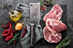 Μπριζόλες από το ακατέργαστο κρέας χοιρινού κρέατος στοκ φωτογραφίες