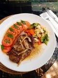 Μπριζόλες αρνιών με τα λαχανικά - υπαίθριο να δειπνήσει Στοκ Φωτογραφίες