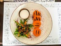 Μπριζόλες καρότων με την κρέμα σε ένα μεγάλο άσπρο πιάτο στοκ φωτογραφίες με δικαίωμα ελεύθερης χρήσης