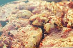 Μπριζόλες κρέατος βόειου κρέατος Φρέσκος ακατέργαστος λαιμός χοιρινού κρέατος για την μπριζόλα με τα καρυκεύματα χορταριών σε μια στοκ εικόνες