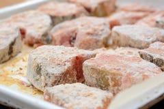 Μπριζόλες ψαριών που καλύπτονται με crumbs αλευριού και ψωμιού σίτου Στοκ Εικόνα
