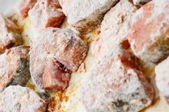Μπριζόλες ψαριών που καλύπτονται με crumbs αλευριού και ψωμιού σίτου Στοκ Φωτογραφίες