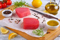Μπριζόλες ψαριών τόνου που προετοιμάζονται για το μαγείρεμα Στοκ φωτογραφίες με δικαίωμα ελεύθερης χρήσης