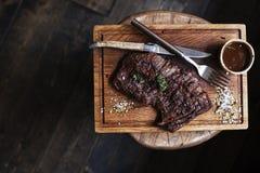 Μπριζόλα βόειου κρέατος Κομμάτι του ψημένου στη σχάρα BBQ βόειου κρέατος που μαρινάρεται στα καρυκεύματα - Stoc Στοκ εικόνα με δικαίωμα ελεύθερης χρήσης