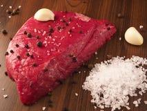 Μπριζόλα βόειου κρέατος με τα συστατικά στοκ εικόνα