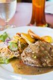 Μπριζόλα βόειου κρέατος με τη μαύρη σάλτσα πιπεριών Στοκ φωτογραφία με δικαίωμα ελεύθερης χρήσης