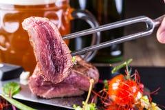 Μπριζόλα βόειου κρέατος Μπριζόλα βόειου κρέατος με τη φυτική διακόσμηση Στοκ φωτογραφίες με δικαίωμα ελεύθερης χρήσης