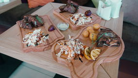 Μπριζόλα βόειου κρέατος που μαγειρεύεται μέσο σε σπάνιο στο ξύλινο υπόβαθρο 4k μήκος σε πόδηα απόθεμα βίντεο