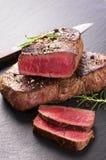 Μπριζόλα βόειου κρέατος σε μια πλάκα Στοκ εικόνα με δικαίωμα ελεύθερης χρήσης