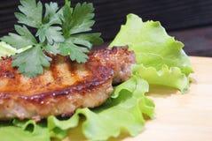 Μπριζόλα βόειου κρέατος στα φύλλα μαρουλιού Μπριζόλα βόειου κρέατος στα φύλλα μαρουλιού Μπριζόλα βόειου κρέατος στα φύλλα μαρουλι Στοκ εικόνες με δικαίωμα ελεύθερης χρήσης