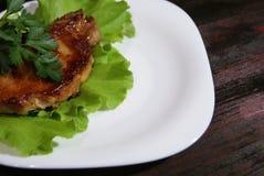 Μπριζόλα βόειου κρέατος στα φύλλα μαρουλιού Στοκ εικόνα με δικαίωμα ελεύθερης χρήσης