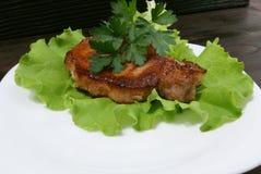 Μπριζόλα βόειου κρέατος στα φύλλα μαρουλιού Στοκ Εικόνες