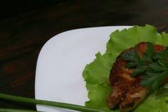 Μπριζόλα βόειου κρέατος στα φύλλα μαρουλιού Στοκ φωτογραφίες με δικαίωμα ελεύθερης χρήσης