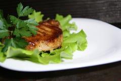 Μπριζόλα βόειου κρέατος στα φύλλα μαρουλιού Στοκ φωτογραφία με δικαίωμα ελεύθερης χρήσης