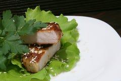 Μπριζόλα βόειου κρέατος στα φύλλα μαρουλιού Στοκ εικόνες με δικαίωμα ελεύθερης χρήσης
