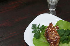 Μπριζόλα βόειου κρέατος στα φύλλα μαρουλιού Στοκ Φωτογραφίες