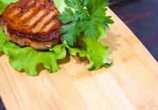 Μπριζόλα βόειου κρέατος στα φύλλα μαρουλιού Στοκ Εικόνα