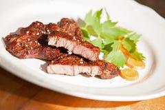 Μπριζόλα βόειου κρέατος στο άσπρο πιάτο Στοκ εικόνα με δικαίωμα ελεύθερης χρήσης