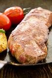 Μπριζόλα βόειου κρέατος στο τηγάνι τηγανητών Στοκ Φωτογραφία
