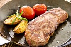 Μπριζόλα βόειου κρέατος στο τηγάνι τηγανητών Στοκ φωτογραφίες με δικαίωμα ελεύθερης χρήσης