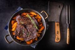 Μπριζόλα βόειου κρέατος Ψημένη μπριζόλα βόειου κρέατος με τις αμερικανικές πατάτες Στοκ Φωτογραφία